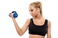 Señora de la aptitud que trabaja con pesas de gimnasia Foto de archivo libre de regalías