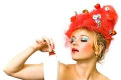 Señora de la fresa que disfruta de mouss Fotografía de archivo libre de regalías