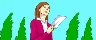 Señora de la historieta que lee una letra o un aviador en su mano que camina en un parque con los árboles verdes Fotos de archivo