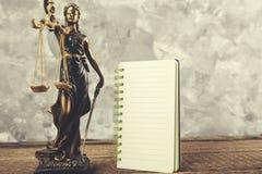 Señora de la justicia con la libreta imágenes de archivo libres de regalías