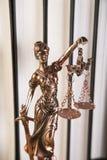 Señora de la justicia, mazo y libros de madera y del oro Foto de archivo