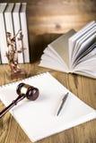 Señora de la justicia, mazo y libros de madera y del oro Fotos de archivo