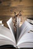 Señora de la justicia, mazo y libros de madera y del oro Fotos de archivo libres de regalías