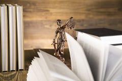Señora de la justicia, mazo y libros de madera y del oro Imagenes de archivo