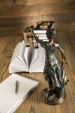 Señora de la justicia, mazo y libros de madera y del oro Fotografía de archivo libre de regalías