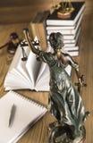 Señora de la justicia, mazo y libros de madera y del oro Imagen de archivo libre de regalías