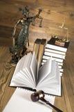 Señora de la justicia, mazo y libros de madera y del oro Imagen de archivo