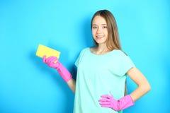 Señora de la limpieza con una servilleta viscosa Foto de archivo