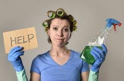 Señora de la limpieza de la criada o ama de casa perezosa en la tensión en rodillos con la botella del espray que pide ayuda Fotos de archivo