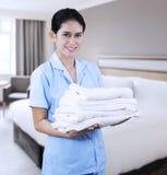 Señora de la limpieza en la habitación Fotografía de archivo