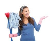 Señora de la limpieza que muestra el espacio de la copia Fotos de archivo