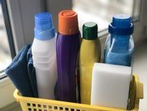 Señora de la limpieza que señala el shooting de la botella del aerosol de la limpieza feliz y la sonrisa Foto de archivo libre de regalías