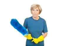 Señora de la limpieza que sostiene el cepillo polvoriento Foto de archivo
