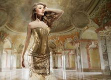 Señora de la manera en un interior con estilo Foto de archivo libre de regalías