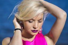 Señora de la moda en vestido rosado Foto de archivo