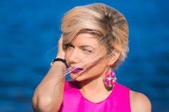 Señora de la moda en vestido rosado Fotografía de archivo libre de regalías