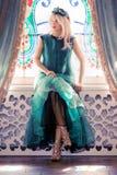 Señora de la moda en vestido verde Foto de archivo libre de regalías