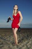Señora de la moda que presenta en la playa Fotos de archivo libres de regalías