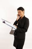 Señora de la oficina que charla en el teléfono Foto de archivo libre de regalías