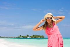 Señora de la sonrisa en una playa Fotos de archivo