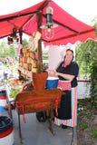 Señora de las ventas vestida en ropa holandesa vieja fotos de archivo