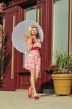 señora de los años 40 con el paraguas Imagen de archivo libre de regalías