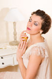señora de los años 20 con perfume Fotografía de archivo