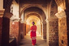 Señora de Myanmar atanding en el emple antiguo Imagen de archivo