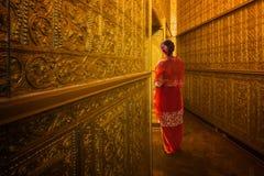 Señora de Myanmar atanding en el emple antiguo Fotografía de archivo libre de regalías