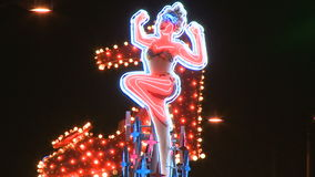 Señora de neón Boot Sign en Las Vegas - Clip 9 de 20 almacen de metraje de vídeo