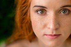 Señora de ojos verdes pecosa joven hermosa con el pelo rojo imagen de archivo libre de regalías