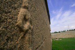 Señora de piedra que hace frente al mundo Imagen de archivo