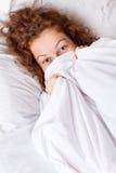 Señora de Smilling en la cama Fotos de archivo