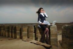 Señora del asunto que se sienta en la playa, en un backgroun Imagenes de archivo