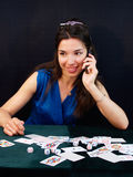 Señora del casino con el teléfono móvil Foto de archivo libre de regalías