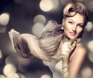 Señora del encanto de la belleza con la bufanda que sopla Imagenes de archivo