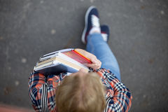 Señora del estudiante con un montón de libros de texto y de cuadernos Imagenes de archivo