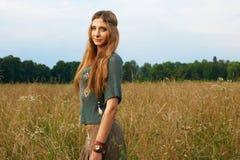 Señora del hippie en los campos Fotografía de archivo