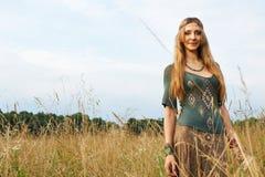 Señora del hippie en los campos Foto de archivo