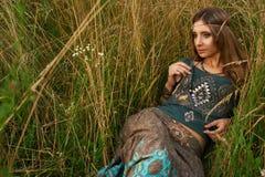Señora del hippie en los campos Foto de archivo libre de regalías