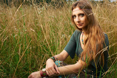 Señora del hippie en los campos Fotos de archivo libres de regalías