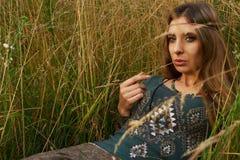 Señora del hippie en los campos Imágenes de archivo libres de regalías