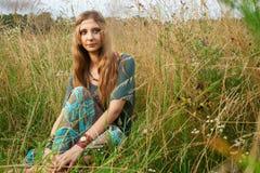 Señora del hippie en los campos Imagen de archivo libre de regalías