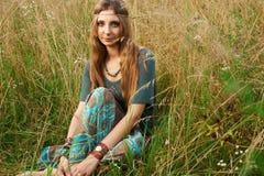 Señora del hippie en los campos Imagenes de archivo