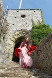 Señora del hippie que desciende las escaleras antiguas en un castillo inglés arruinado imagen de archivo