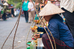 Señora del mercado que cuenta el dinero en la calle imagen de archivo