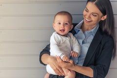 Señora del negocio con su bebé Fotografía de archivo