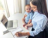 Señora del negocio con su bebé Imagen de archivo libre de regalías