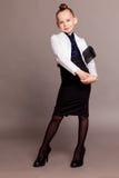 Señora del negocio de la muchacha con un bolso en fondo gris Fotos de archivo