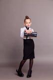 Señora del negocio de la muchacha con un bolso en fondo gris Fotografía de archivo